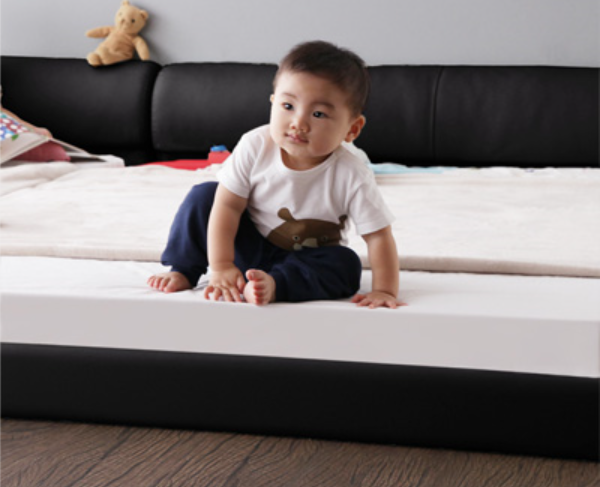 baby-on-leather-bed